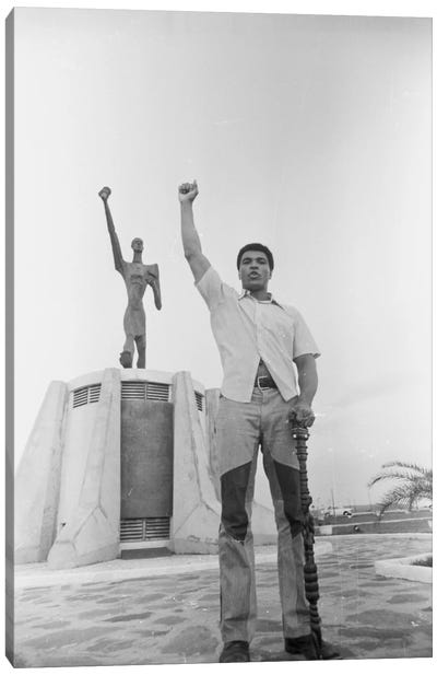 Muhammad Ali Posing In Front Of The Le Militant Statue, Kinshasa, Zaire Canvas Art Print