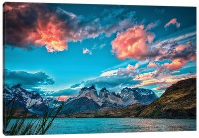 Lago Pehoe Canvas Art Print