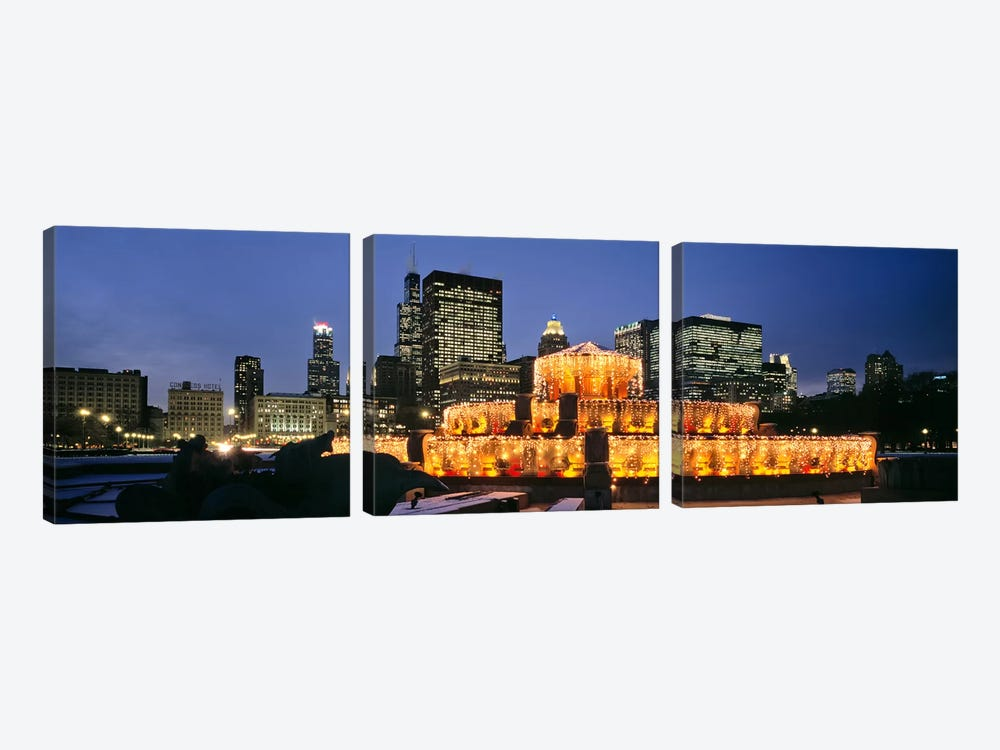 Buckingham Fountain Decorated For ChristmasChicago, Illinois, USA by Panoramic Images 3-piece Canvas Art