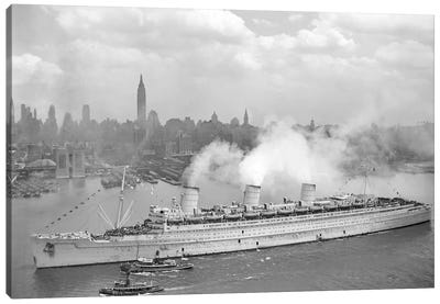 WWII Photo Of RMS Queen Mary Arriving In New York Harbor Canvas Art Print